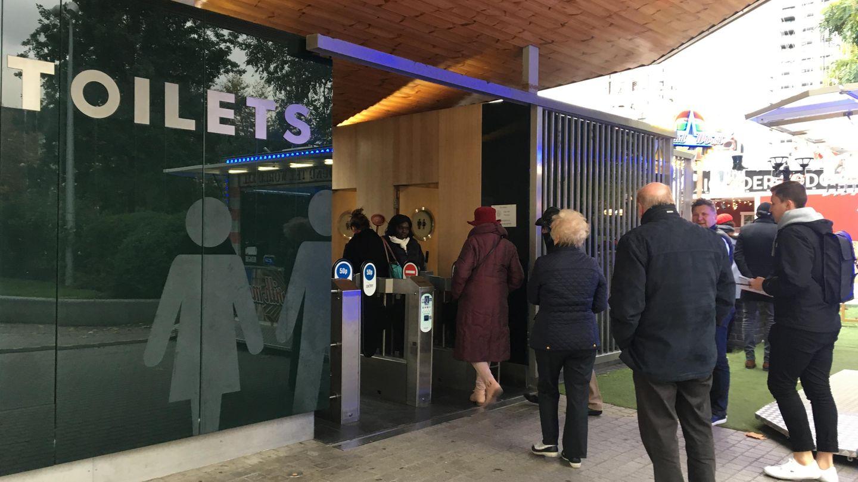 """Teilnehmer einer """"Loo Tour"""", einer Führung zu stillen Örtchen der Stadt, stehen vor dem Jubiloo in London"""