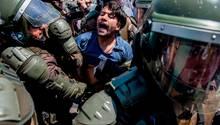 Santiago de Chile. Ein junger Mapuche wird von einem Sondereinsatzkommando festgenommen. Die Angehörigen des in dem südamerikanischen Staat unterdrückten indigenen Volk protestieren in der Hauptstadt, weil ein 24-jähriger Aktivistwährend einer Polizei-Aktion in der Provinz Araucanía, dem angestammten Gebietder Mapuche, erschossen wurde. Der Mapuche-Konflikt reicht zurück bis in die Mitte der 19. Jahrhunderts. Chile und Argentinien, seinerzeit noch junge Republiken, wird vorgeworfen, an dem Volk einen Genozid vollzogen zu haben.