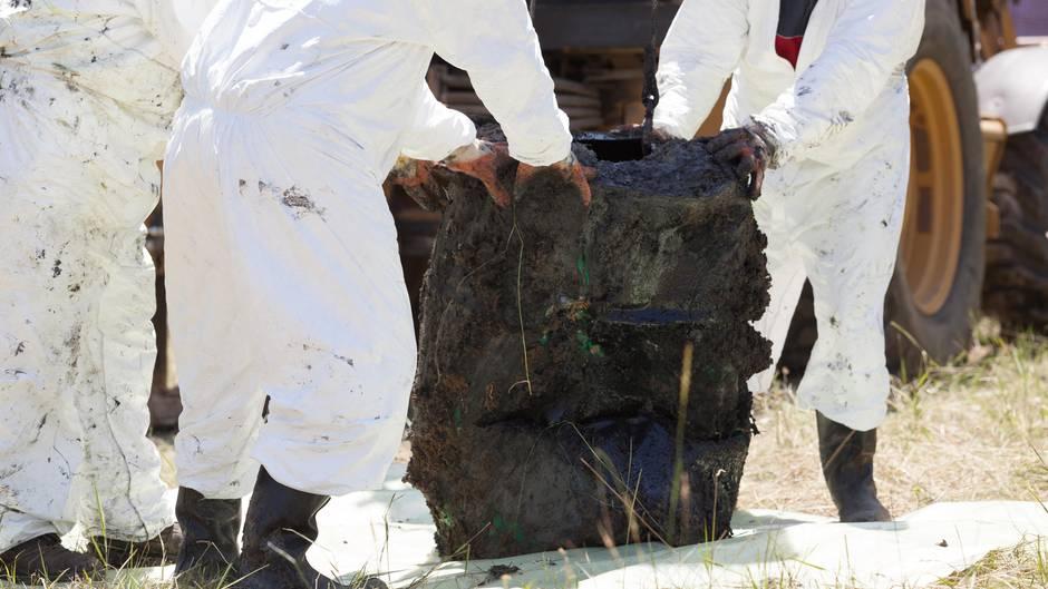 Dekontamination   Bei einem Brand kann das ganze Grundstück verseucht werden. Dann muss der Grund abgetragen, entsorgt und ausgetauscht werden.