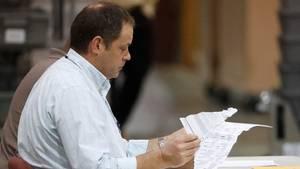Florida: Ein Angestellter schaut sich während einer Neuauszählung von Stimmen der US-Wahl einen beschädigten Stimmzettel an