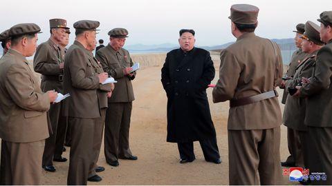 Nordkorea: Die undatierteAufnahme zeigt Kim Jong Un (m.)