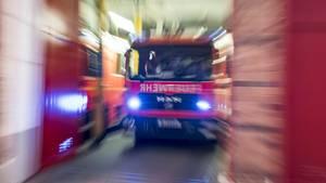 Die Feuerwehr geht davon aus, dass die Löscharbeiten an der Schule noch bis zum Mittag andauern werden (Symbolbild)