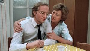"""Ein Bild von 1985, aus frühen """"Lindenstraßen""""-Tagen:Helga Beimer (Marie-Luise Marjan) mit ihrem ersten Mann Hans (Joachim Hermann Luger)."""