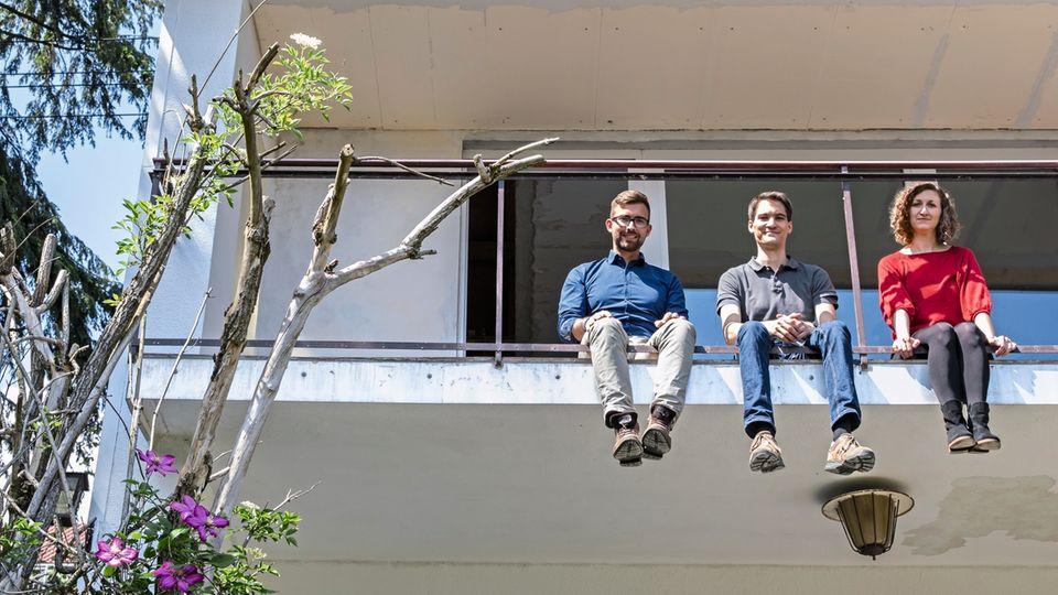 300.000 Euro planen Mirella Petereit und Kai Märzhäuser (M.) für ihr neues Haus und den Umbau ein. Das meiste Geld lieh ihnen Felix Menninger von der ING-Diba.