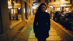 Eine Frau alleine auf der Straße