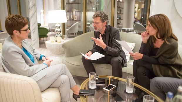Annegret Kramp-Karrenbauer (l.)im Gespräch mit den stern-Redakteuren Tilman Gerwien und Franziska Reich