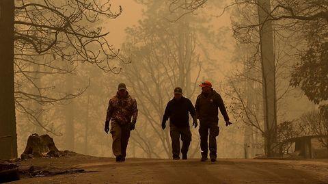 Polizisten in der Camp-Fire-Evakuierungszone nahe Paradise, Kalifornien