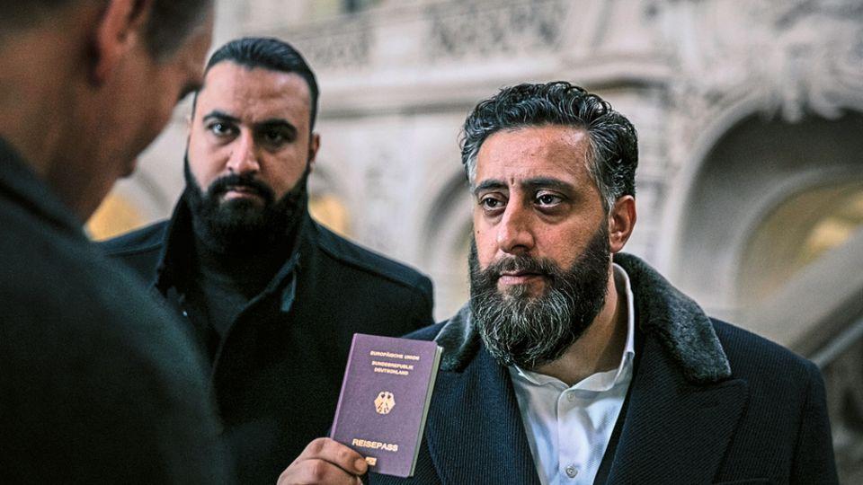"""Ein deutscher Pass hilft wenig: In der zweiten Staffel von """"4 Blocks""""muss Clan-Chef Hamady (r.), gespielt von Kida Ramadan, um sein Revier kämpfen. Eine verfeindete arabische Familie will die Kontrolle übernehmen. Die neuen Folgen sind auf TNT Serie (empfangbar über Sky) zu sehen."""