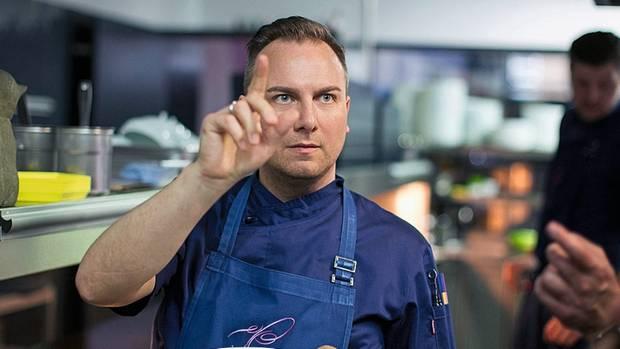 """Im Zweifel lieber scharf und sauer als zu harmonisch: Tim Raue strebt in seinen Gerichten nach Kontrast. Raue ist einer der Protagonisten der Netflix-Serie """"Chef's Table"""", in der internationale Köche porträtiert werden."""