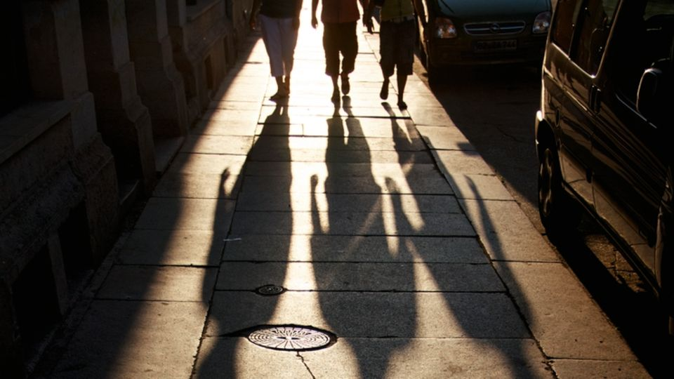 """Die Zahlen: Das Bundeskriminalamt führt seit Jahrzehnten eine eigene Statistik über """"Vergewaltigung durch Gruppen"""". Pro Jahr gibt es etwa 400 bis 600 Verdachtsfälle, dazu werden auch """"überfallartige""""Angriffe gezählt. Die Gesamtzahlen sind seit dem Jahr 2010 rückläufig, vergangenes Jahr gab es 380 Verdachtsfälle. Einzige Ausnahme: 2016 kam es zu einem Anstieg auf 749 Fälle, bedingt vor allem durch die Übergriffe in der Silvesternacht. Während der Anteil der deutschen Tatverdächtigen sinkt, steigt der Anteil der – im BKA-Sprachgebrauch – """"Nichtdeutschen""""weiter an, in den vergangenen zwei Jahren auf mehr als die Hälfte. 2017 gab es 256 ausländische Tatverdächtige, davon 123 Flüchtlinge. Als Gruppe gelten im Strafrecht mindestens drei Personen."""