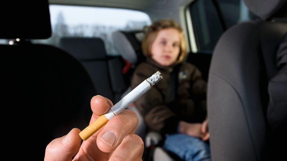 Rauchen im PKW: Kinder sollen vor dem Qualm geschützt werden