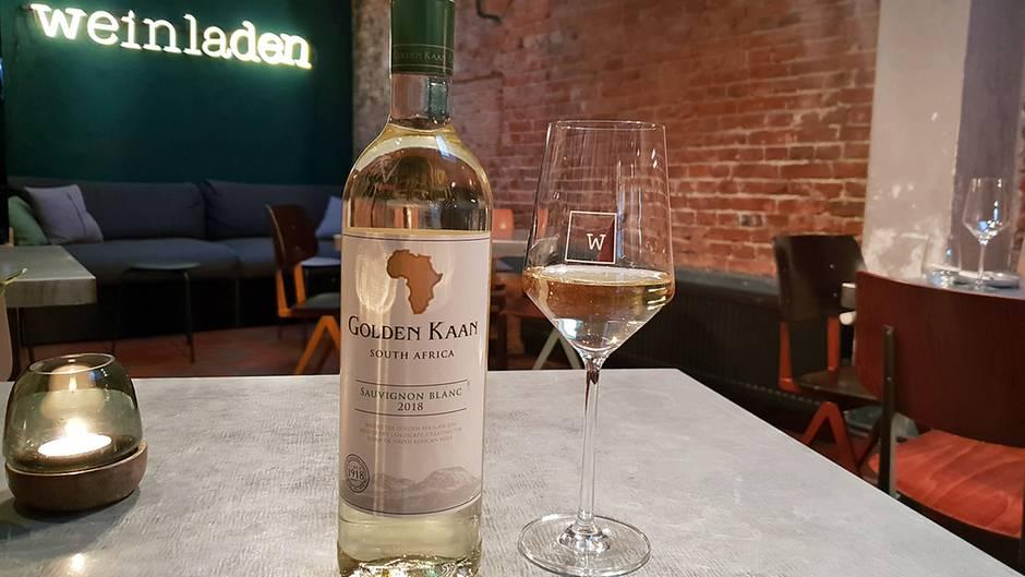 """Was ist das für ein Wein? Golden Kaan, Sauvignon Blanc, 13%  Wo kann man ihn kaufen? Rewe  Was kostet er? 4,99 Euro      Das sagt die Expertin: """"Leider steht keine Weinregion darauf. Außer Western Cape. Das bedeutet, die Trauben können von überall herkommen. Sauvignon Blanc ist eigentlich eine klassische französische Rebsorte. Sie hat sich aber auch in anderen Ländern gut etabliert. Der Wein riecht nach Sauvignon Blanc. Man hat das Grüne, Grasige, etwas Exotisches. Was mich stört, über der Frische liegt etwas Dumpfes. Er schmeckt ganz anders als er riecht. Der Wein ist extrem sauer wie Limettensaft. Mir fehlt die Balance und die Exotik. Das nervt mich. Ich könnte davon nicht mehrere Gläser trinken. Der Wein ist nichts für säureempfindliche Leute."""""""