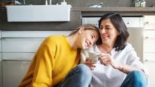 Mutter und Tochter lachen