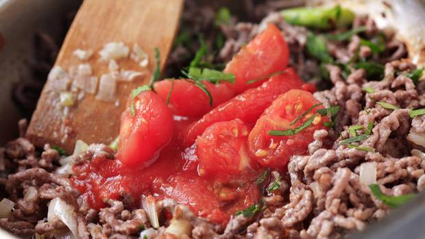 Bolognese mit Fleisch in der Pfanne