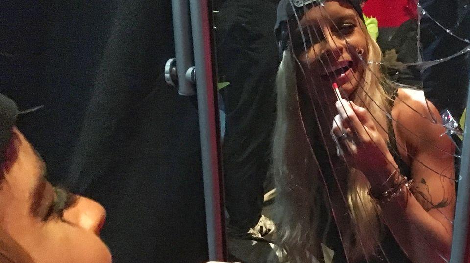 Schlager-Star Mia Julia schminkt sich im Backstage-Bereich
