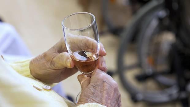nachrichten deutschland - seniorin in feierlaune