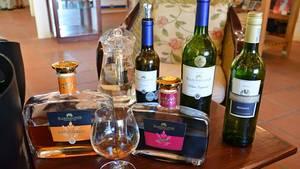 """Zeitvogel liebt das Experimentieren. So presst er aus der eigentlichen Rotweintraube Zinfandel einen fruchtigen Weißwein, den White Zinfandel. Seine jüngste Schöpfung ist eine Kombination von Brandy, Trockenbeerenauslese und weihnachtlichen Gewürzen wie Zimt: der Aperitiv """"Before & After"""", den man auch nach dem Essen genießen kann."""