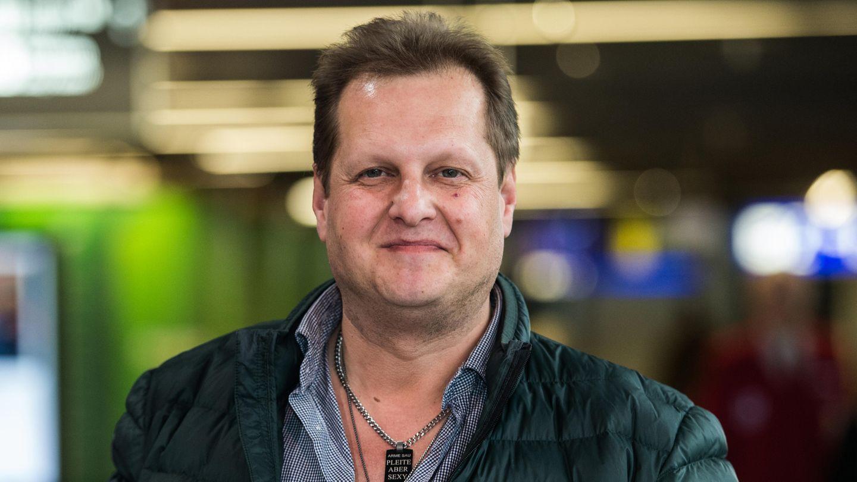 Jens Büchner steht in Frankfurt im Flughafengebäude