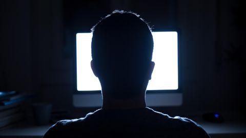 Anonymer Mann vor leuchtendem Bildschirm