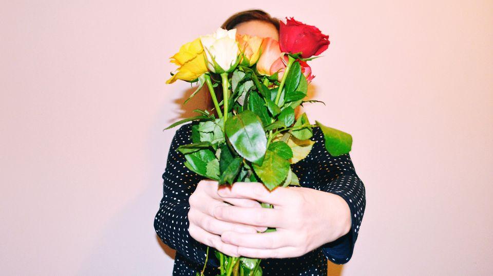 Frau hält Blumenstrauß