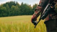 Ein Jäger auf einem Feld