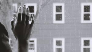 Hand von Frau am Fenster
