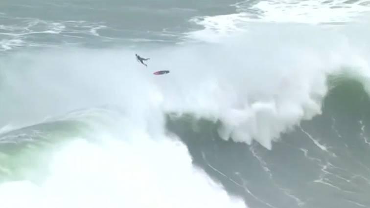 Nazaré in Portugal: Profi-Surfer ringen mit  Riesen-Wellen