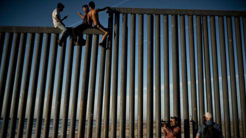 Kinder auf dem Grenzzaun