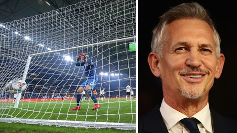 DFB-Torhüter Manuel Neuer schaut einem Ball im Netz nach, Engalnds Ex-Nationalspieler Gary Lineker