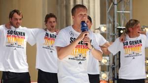 Oliver Pocher vor Spielern der DFB-Elf
