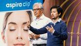 Aspura Clip: Mit ihremMini-Inhalator zum In-die-Nase-Stecken sind Wolfgang Kleinerund Vinh-Nghi Tiet nach der DHDL-Sendung richtig durchgestartet. Carsten Maschmeyer und Ralf Dümmel hatten den richtigen Riecher und investierten 600.000 Euro. Sowohl in den Drogeriemärkten von dm als auch im QVC-Teleshopping war das Produkt schnell ausverkauft. So gingen im Handel in kürzester Zeit Aspura Clips für mehr als sechs Millionen Euro weg.Der ursprüngliche NameAspira Clip wurde aus rechtlichen Gründen geändert.