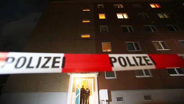 Polizeiabsperrung vor einem Wohnhaus in Jena