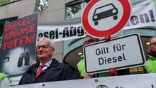 Der Bundesgeschäftsführer der Deutschen Umwelthilfe, Jürgen Resch, Anfang Oktober vor dem Verwaltungsgericht in Berlin. Auch in der Hauptstadt drohen Diesel-Fahrverbote