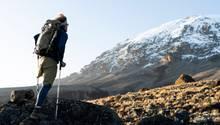 Tom Belz auf dem Weg zum Gipfel des Kilimandscharo.