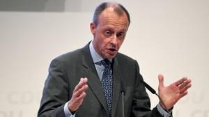 Friedrich Merz hält eine Rede und gestikuliert