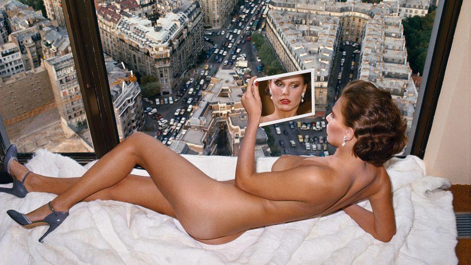 Helmut Newton, Bergstrom over Paris, Paris 1976
