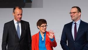 In den Umfragen überflügelt sie ihre Mitstreiter: CDU-Generalsekretärin Annegret Kramp-Karrenbauer und ihre Konkurrenten um den Parteivorsitz, Gesundheitsminister Jens Spahn (r.) und der ehemalige Unionsfraktionschef Friedrich Merz.