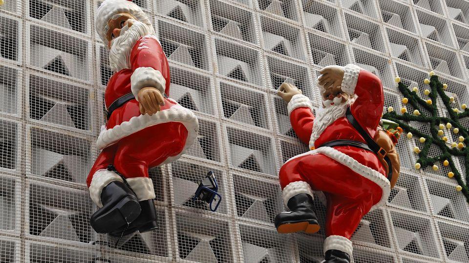 Ein Weihnachtsmann in Lebensgröße, der an der Hausfassade hochklettert, sollte mit dem Vermieter abgesprochen werden. Denn die Anbringung könnte die Fassade beschädigen. Auch Wohnungsbesitzer sollten sich mit der Eigentümergemeinschaft absprechen. Und: Der Weihnachtsmann sollte auch bei Schneelast oder starkem Wind nicht abstürzen können. Sonst könnte es teuer werden - und die Versicherung könnte den Schaden nicht übernehmen.