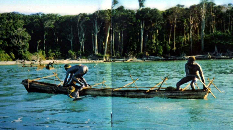Sentinelesische Stammesmitglieder rudern in einem Kanu