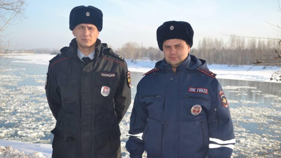 Diese zwei Polizisten aus Sibirien löschten erfolgreich einen Brand