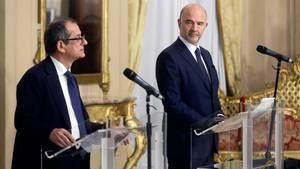 Giovanni Tria (l), Wirtschaftsminister von Italien, und EU-Wirtschaftskommissar Pierre Moscovici
