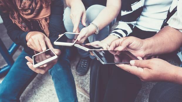 Gruppe von Leuten am Handy