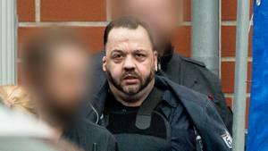 Todesopfleger Niels Högel wird zu seinem Prozess in der Weser-Ems-Halle geführt