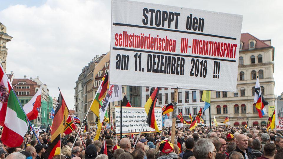 """Nach """"Merkel muss weg""""nun gegen den """"UN-Migrationspakt"""": eine Pegida-Kundgebung in Dresden"""
