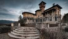 Verlassene Villa in der Lombardei, wo einst Herrschaften über die Freitreppen stolzierten