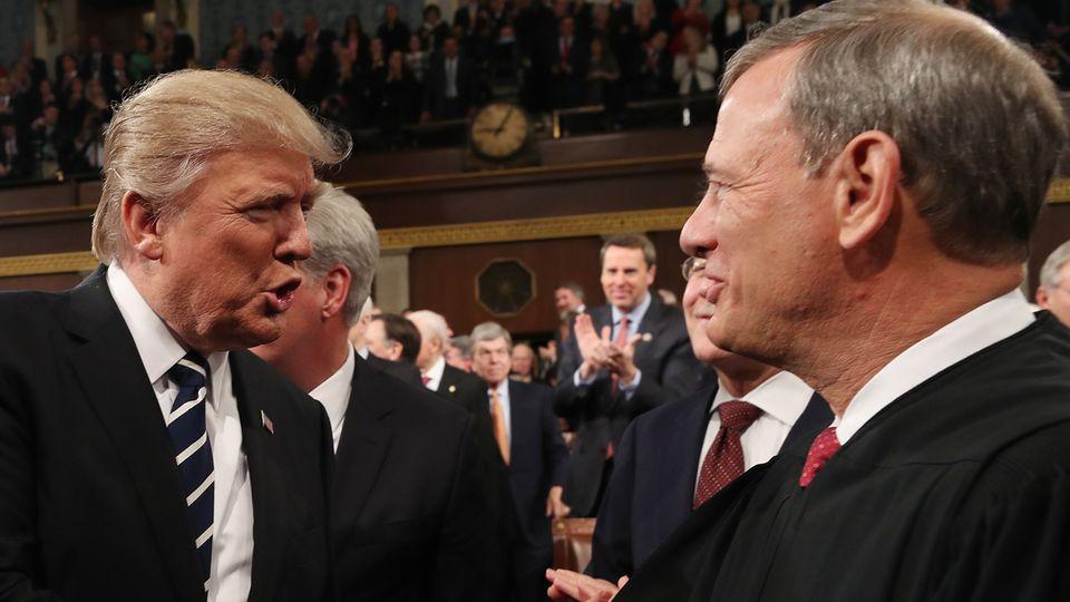 Shake-Hands zwischen Donald Trump und dem obersten US-Richter John Roberts, der den Präsidenten massiv kritisiert