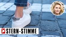 Sneaker mit bloßem Knöchel