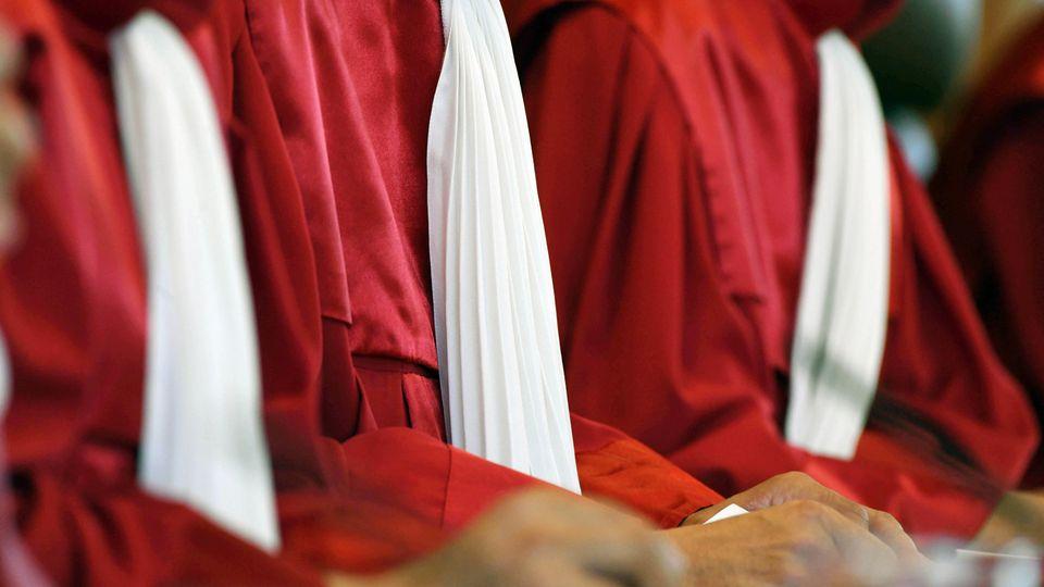 Roben der Verfassungsrichter im Bundesverfassungsgericht in Karlsruhe