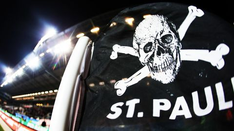 Fahne mit dem Logo des FC St. Pauli