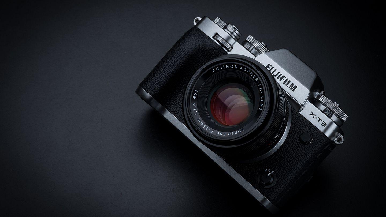 Spiegellose Systemkamera: Fujifilm X-T3  Bei Systemkameras ohne Spiegel verbindet sich die Flexibilität von Wechselobjektiven mit jeder Menge digitalen Hilfestellungen wie automatische Korrektur und einem elektronischen Sucher. Dabei sind sie auch noch kompakter als die Modelle mit Spiegel. Stiftung Warentest empfiehlt dieFujifilm X-T3, vor allem ihr sehr guter Wackelschutz überzeugte im Test. Der Preis inklusive einem 18-55-Objektiv liegt beiab etwa 1875 Euro.
